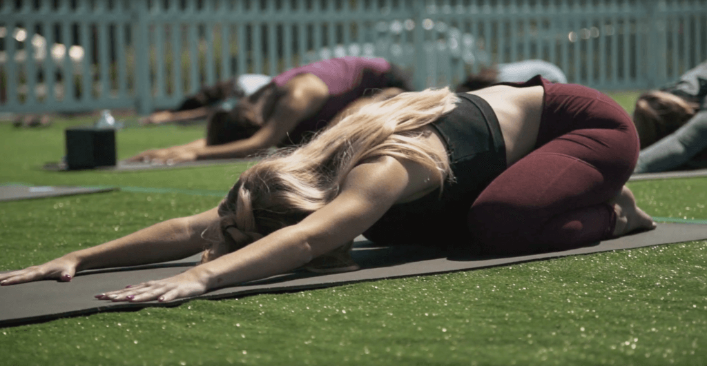 outdoor-yoga-class-group-fitness-1024x531
